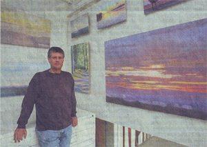 Hans Werner Thurmann vor seinen neuen Bildern im Atelier