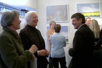 Ausstellungseröffnung: Hans Werner Thurmann (rechts) im Gespräch mit Besuchern. Foto: Q-Visions Media