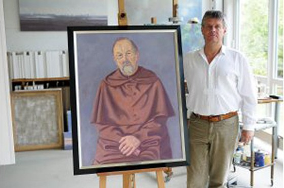 Der Künstler Hans Werner Thurmann aus Moers in seinem Atelier mit dem von ihm gemalten Portrait von Pater Georg vom Kloster Kamp