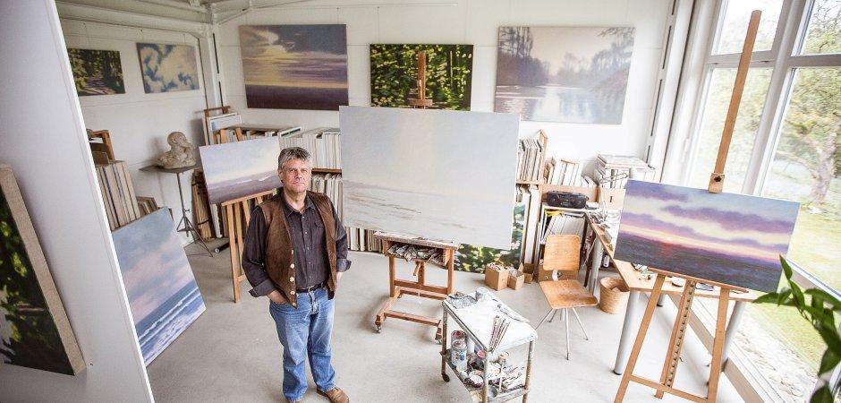 """Ein Maler, ein Atelier, viele Bilder. Hans Werner Thurmann aus Moers in seinem """"Arbeitsraum"""", wie er selbst sagt. Foto: Christoph Karl Banski / FUNKE Fo"""